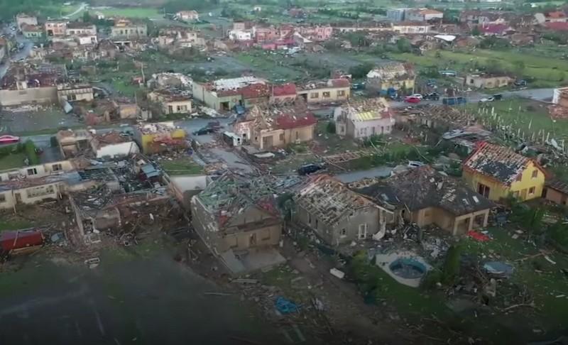 Наслідки торнадо у Чехії: з'явилося відео зруйнованих сіл