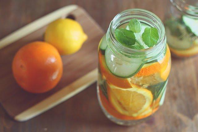 Що не можна пити в спеку, а які напої найкорисніші: пояснення лікаря