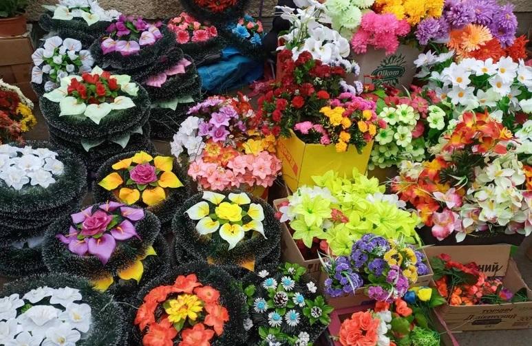 В одній із територіальних громад Закарпаття заборонили продавати штучні квіти та вінки