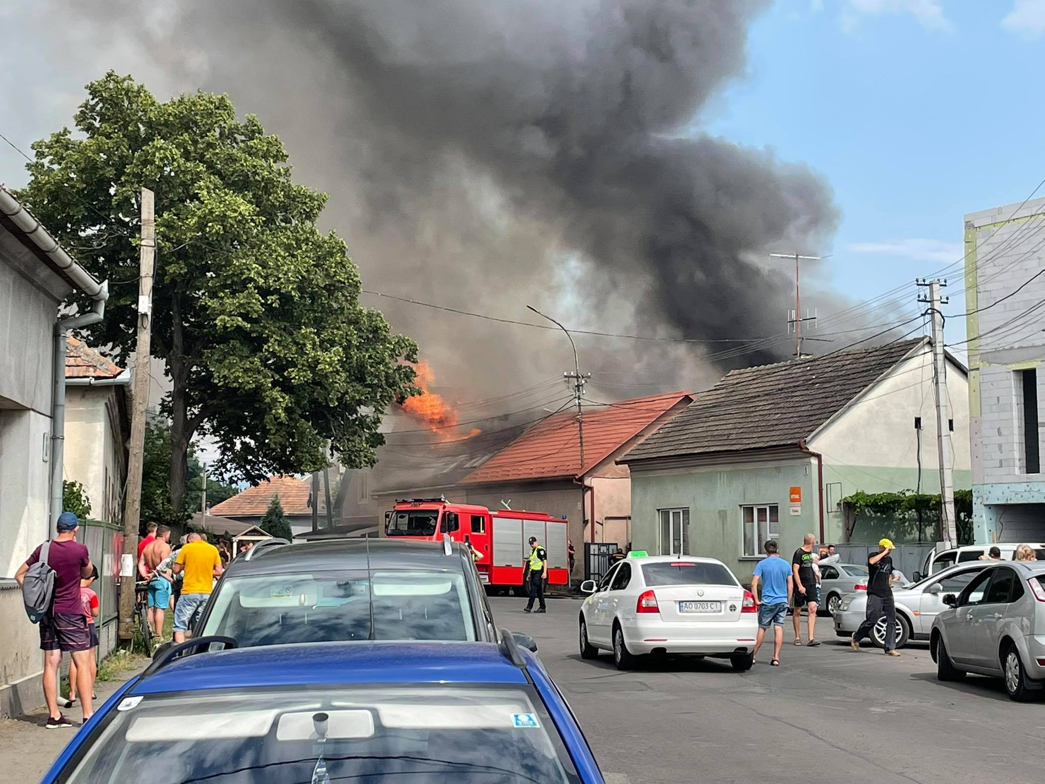 У Мукачеві горить мотель: опубліковано фото та відео