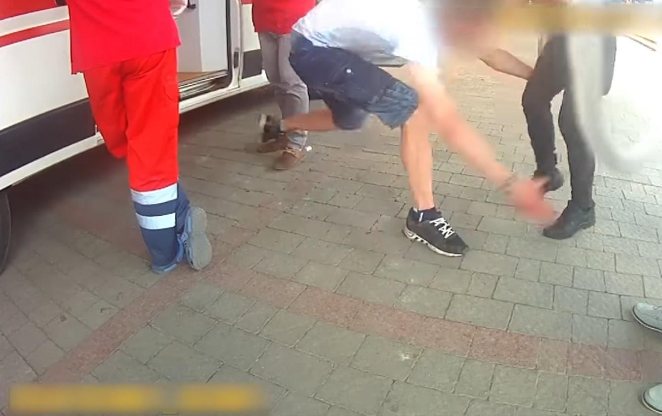 П'яний чоловік накинувся на поліцейських: опубліковане відео