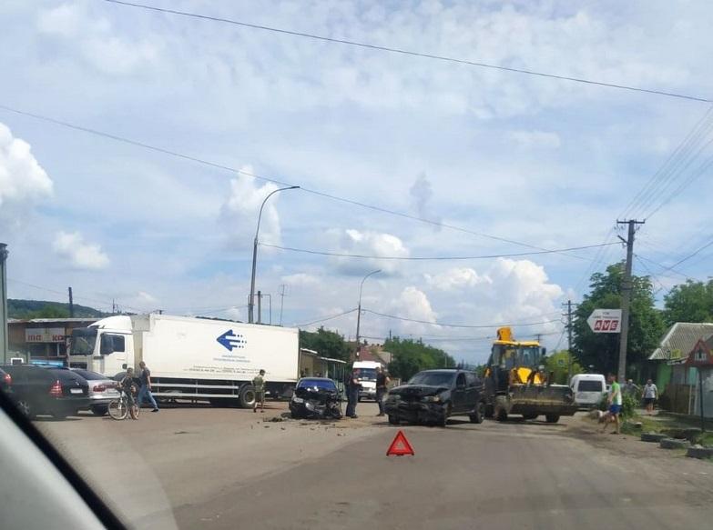 В Ужгороді трапилась ДТП: дві автівки потрощені