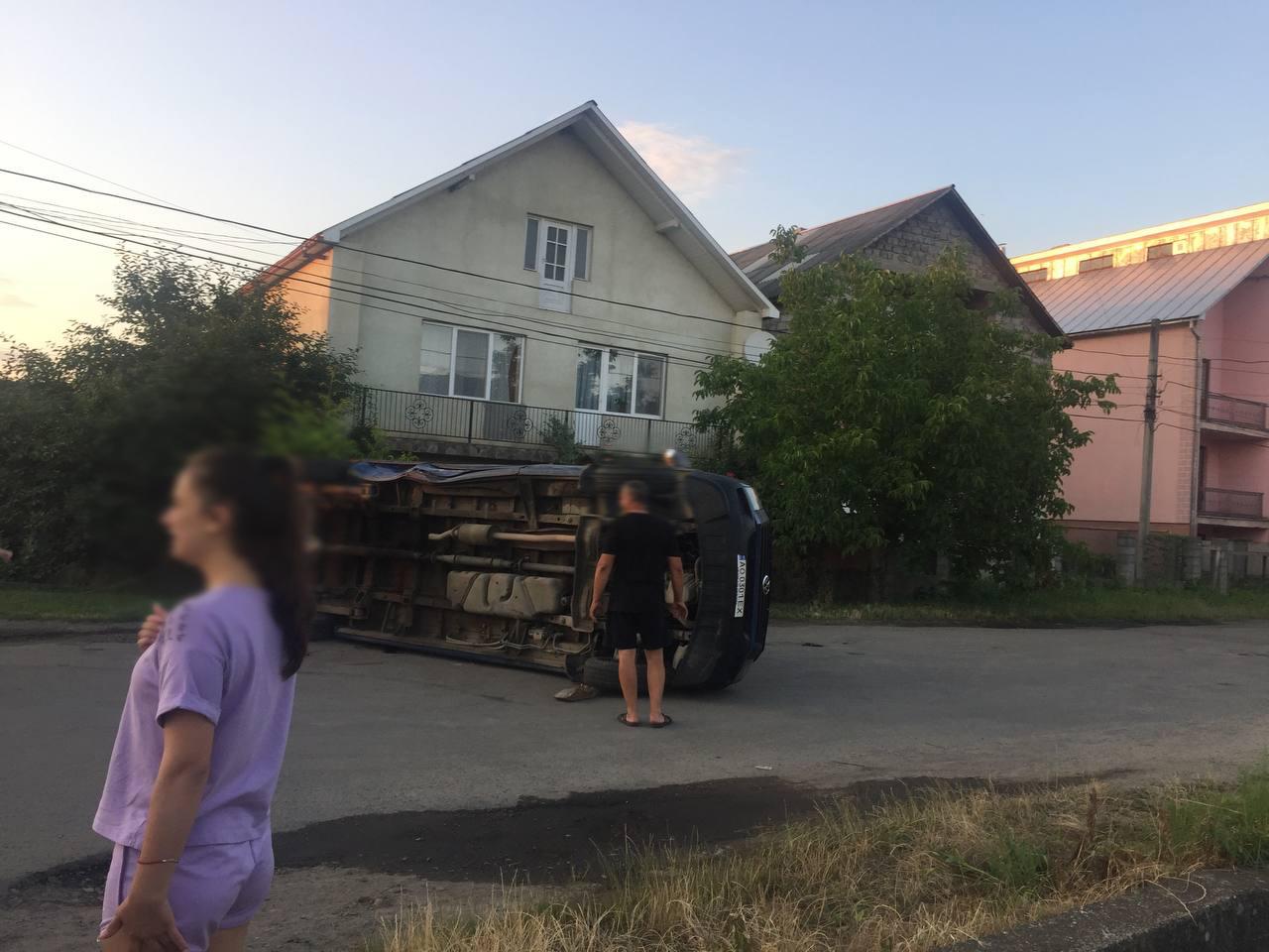 ДТП на Закарпатті: мікроавтобус від удару перекинувся