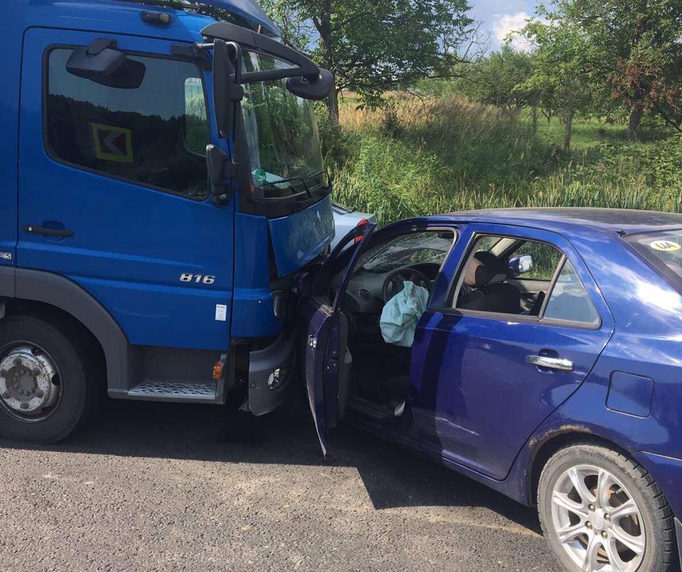 Поліцейські врятували чоловіка: подробиці жахливої аварії на Мукачівщині