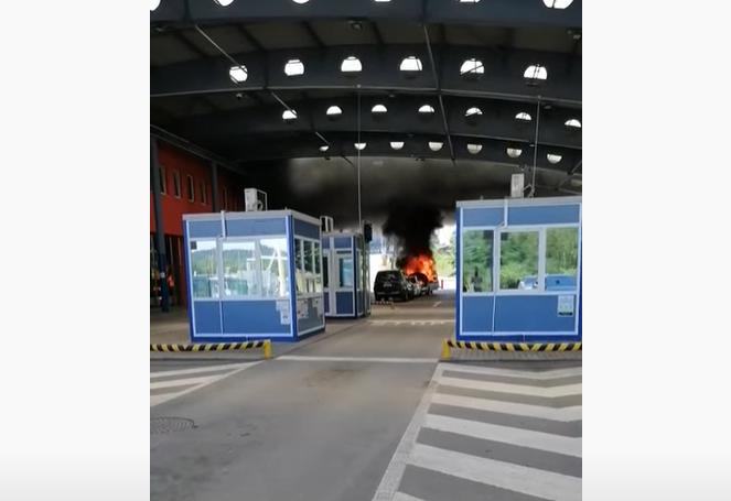 """На КПП """"Ужгород-Вишнє Нємєцке"""" чоловік підпалив своє авто. Опубліковано відео"""