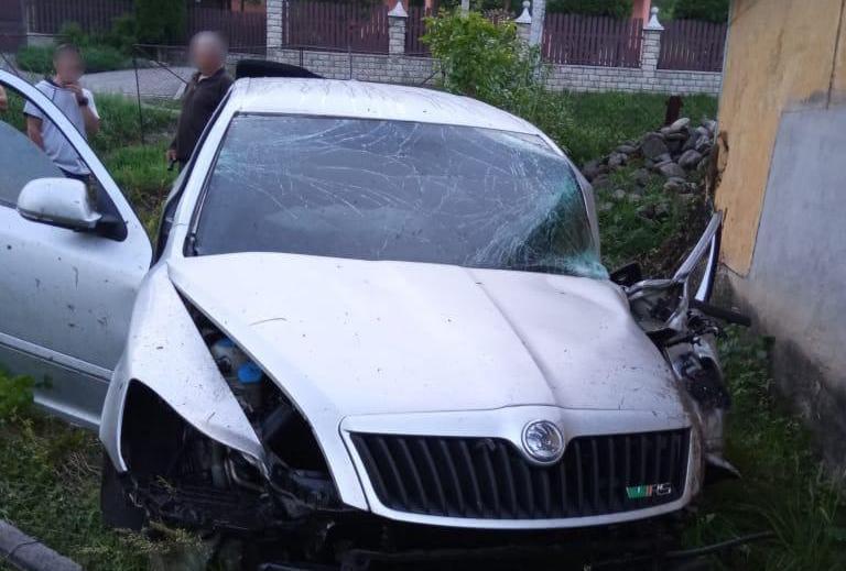 За кермом були 19-річний хлопець та 16-річна дівчина: на Закарпатті обгін завершився смертельною аварією