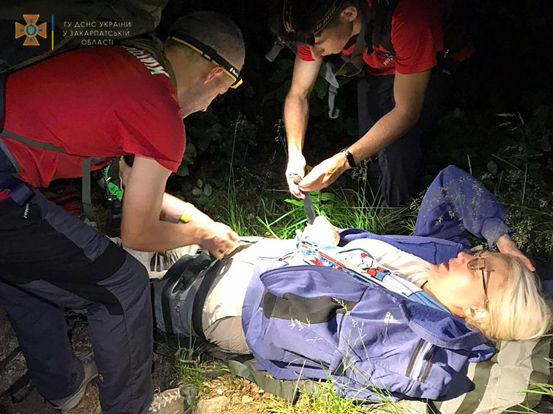 На Закарпатті жінка, налякавшись собаки, впала з обриву та отримала травми