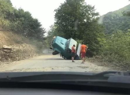 На Закарпатті вантажівка з'їхала у кювет