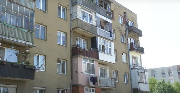 Жителі однієї з багатоповерхівок Мукачева потерпають від трупного смороду