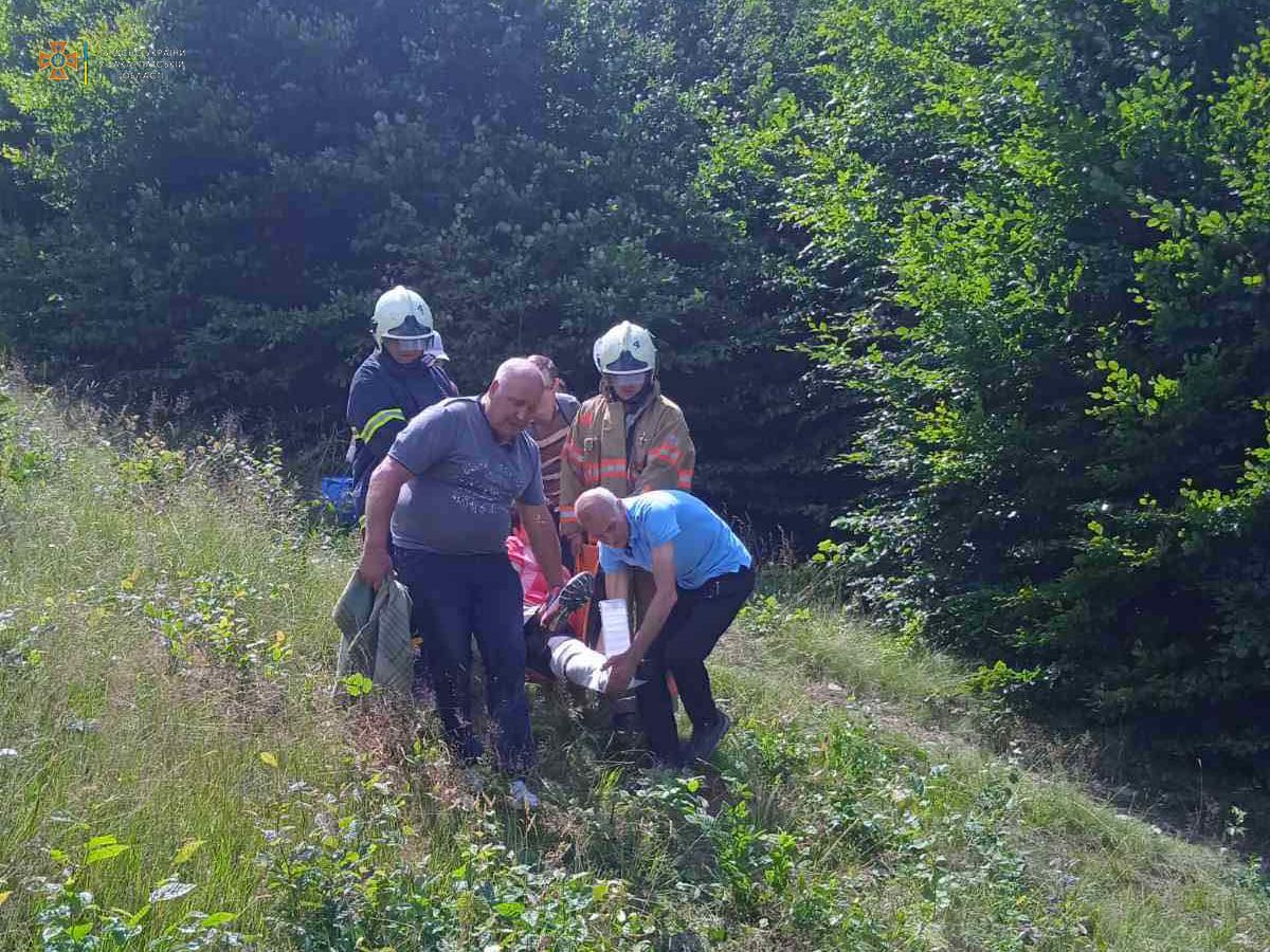 Медики та рятувальники піднімались у гори, щоб надати допомогу жінці: що з нею трапилось