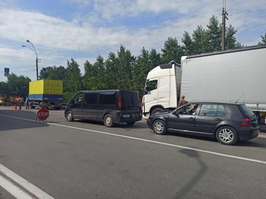 На кордоні України з Угорщиною на два місяці обмежили рух транспорту