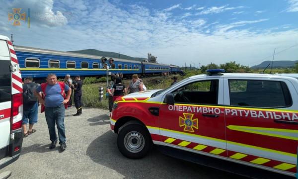 Поїзд зіткнувся з вантажівкою: є постраждалі, пасажирів евакуювали