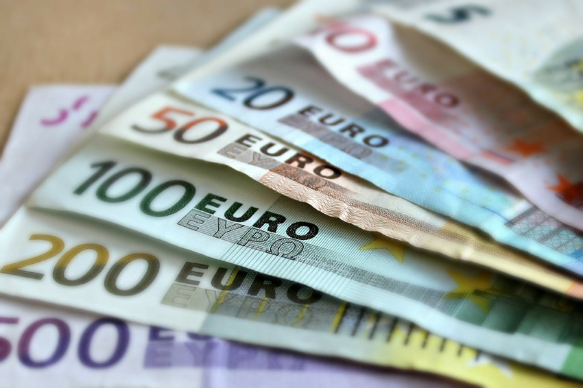 Нацбанк різко зміцнив гривню і відносно долара, і відносно євро
