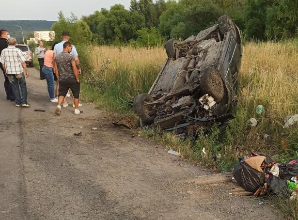 Автівка перекинулась на дах: що відомо про карколомну ДТП в Ужгороді