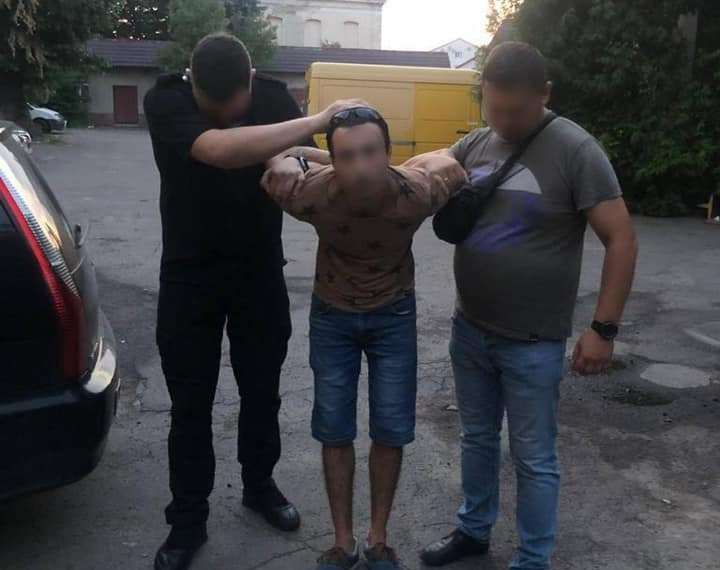 У Мукачеві хлопець порізав дівчину та залишив її помирати у зачиненій квартирі