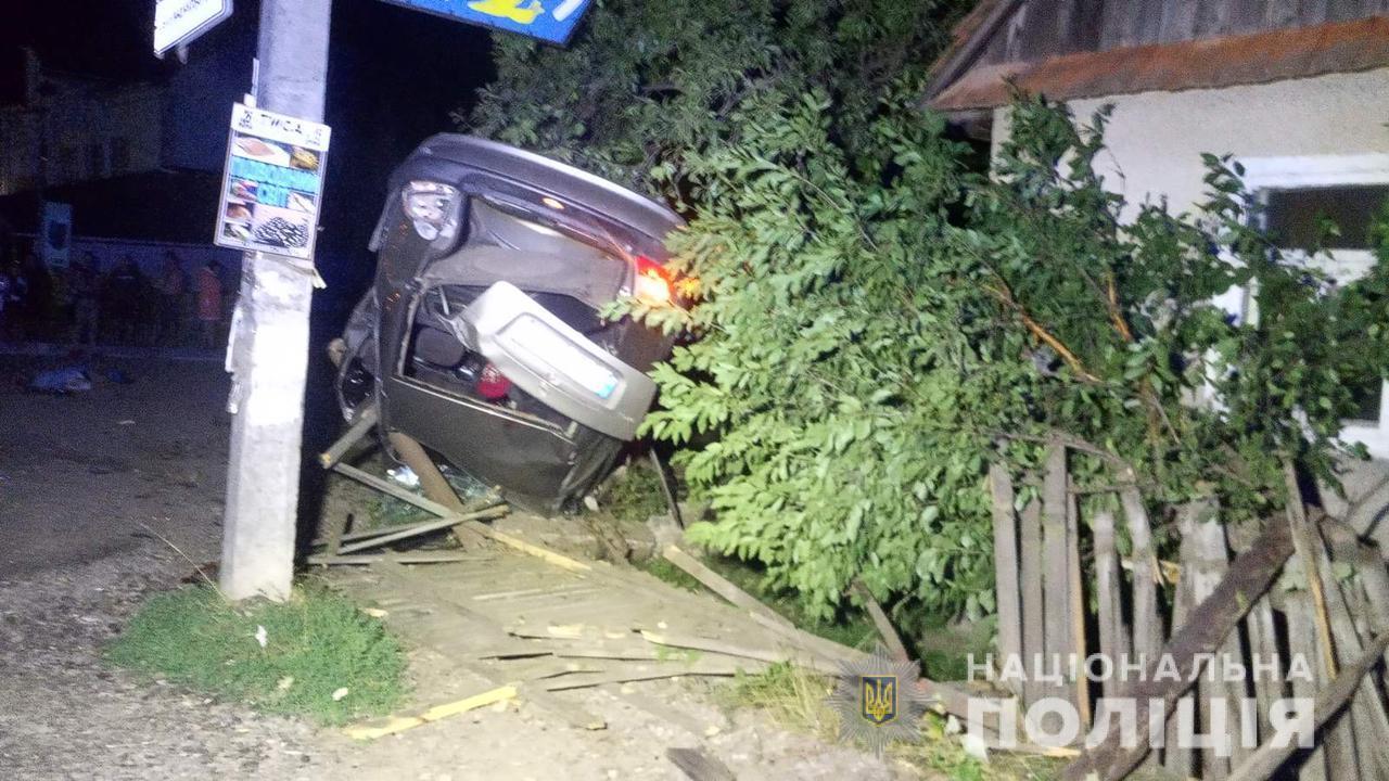 Один померлий, ще кілька потерпілих, перекинута автівка: вночі на Закарпатті трапилась жахлива аварія