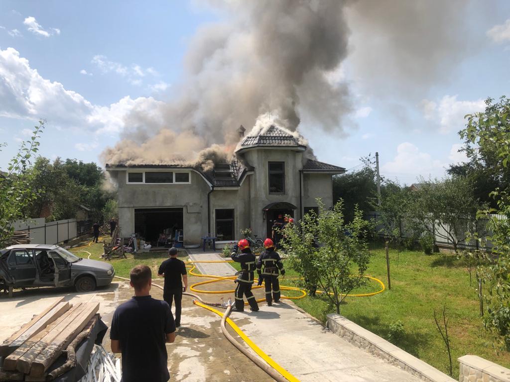 У сусідній області літак впав на приватний будинок: четверо загиблих