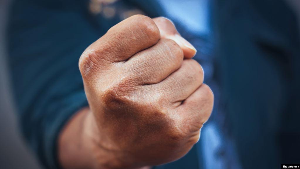 Побиття у Мукачеві: чоловік накинувся на сусідку