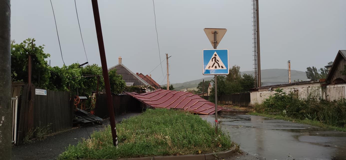 Зламані дерева та інші руйнування: очевидці публікують фото та відео негоди