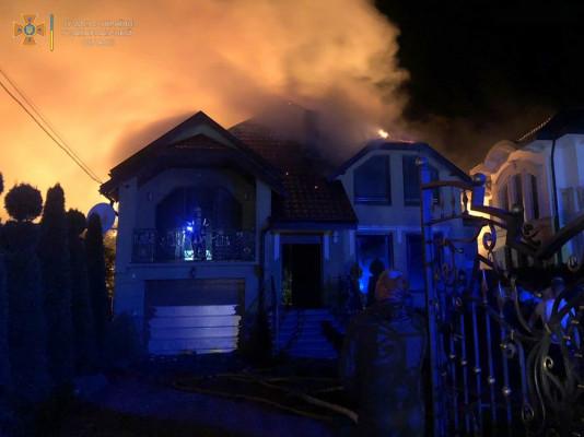 На Закарпатті блискавка вдарила в будинок та спровокувала велику пожежу