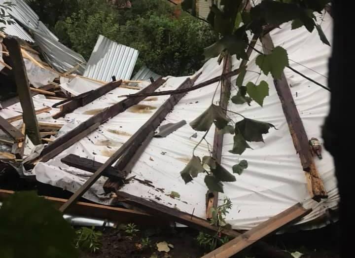 Дах знесло, повсюди обломки: що накоїв буревій у селі Мукачівського району