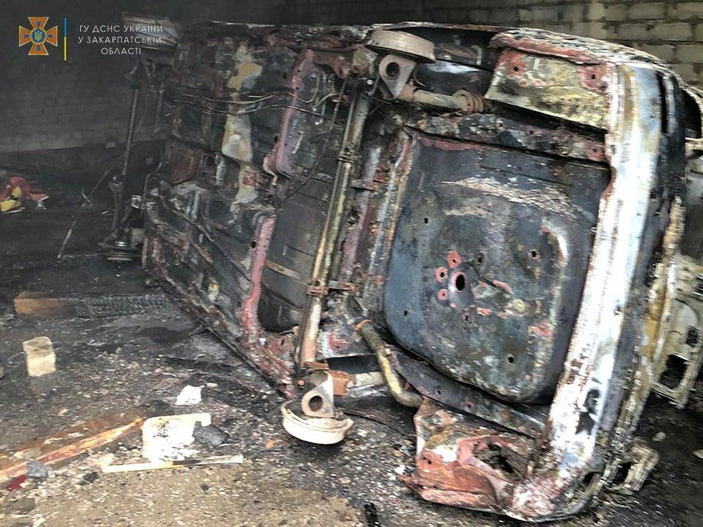 В Ужгороді вогонь знищив автомобіль