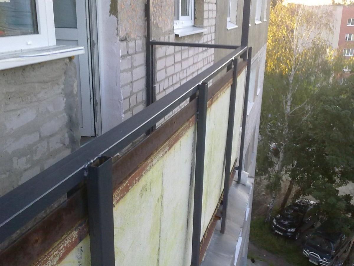 Хлопець опинився на парапеті балкону. Люди викликали рятувальників
