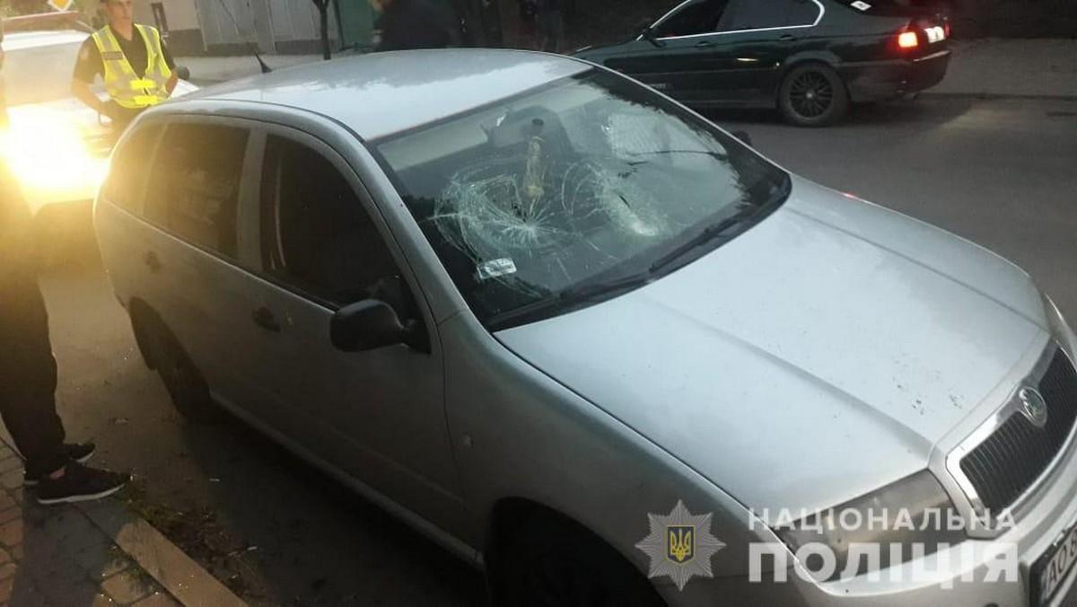 Після конфлікту у супермаркеті мукачівцю розбили вікна і порізали колеса на авто