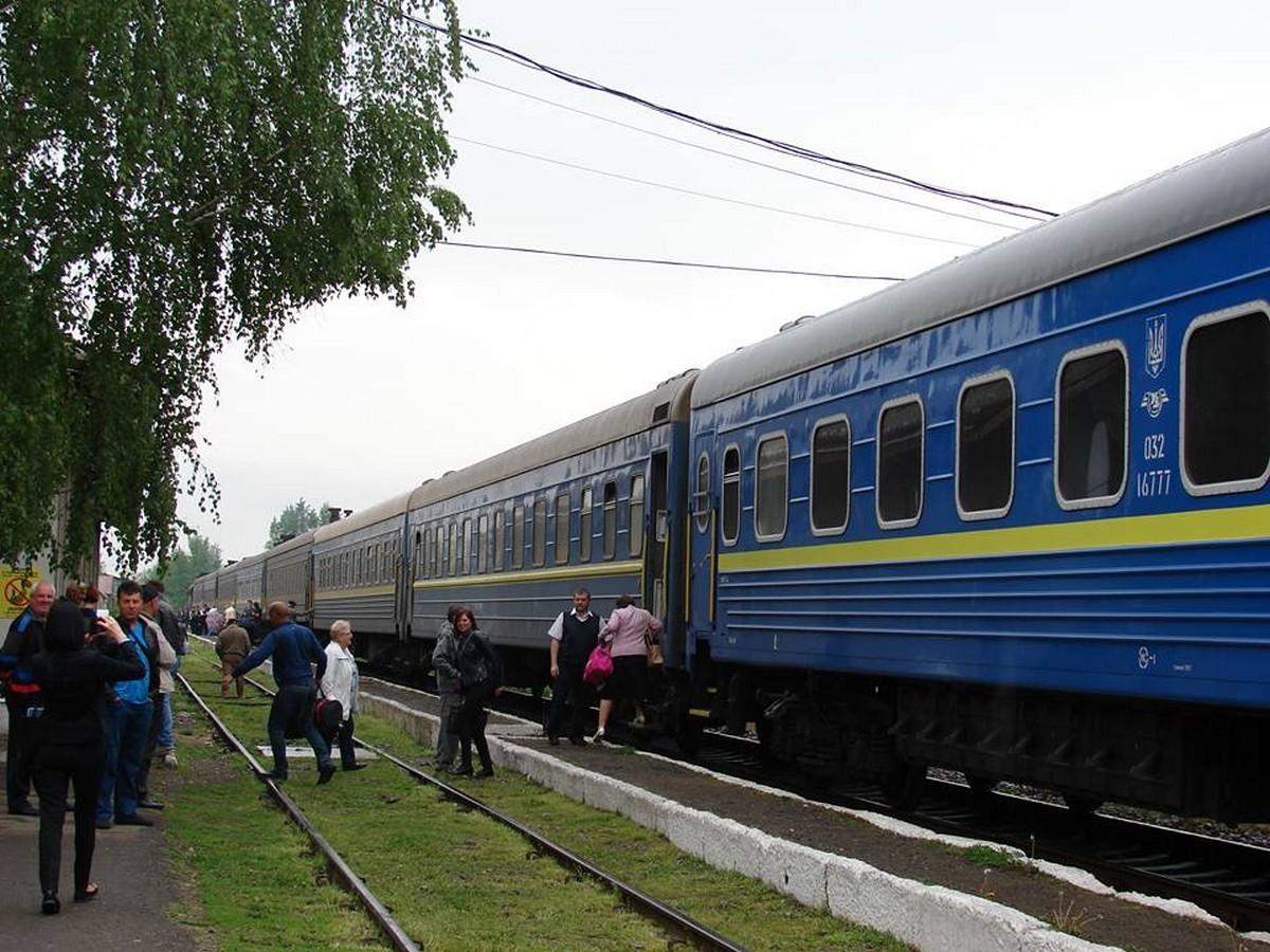 Чимало потягів значно затримуються через негоду