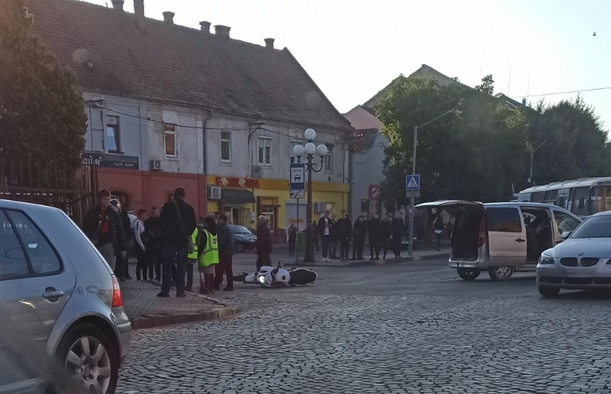 Ранкова ДТП у центрі Мукачева: на місці зібрались люди, видно перекинутий мотоцикл