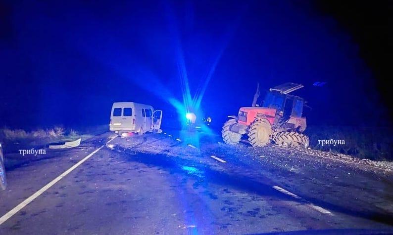 Нічна аварія на Закарпатті: зіткнулись мікроавтобус та трактор