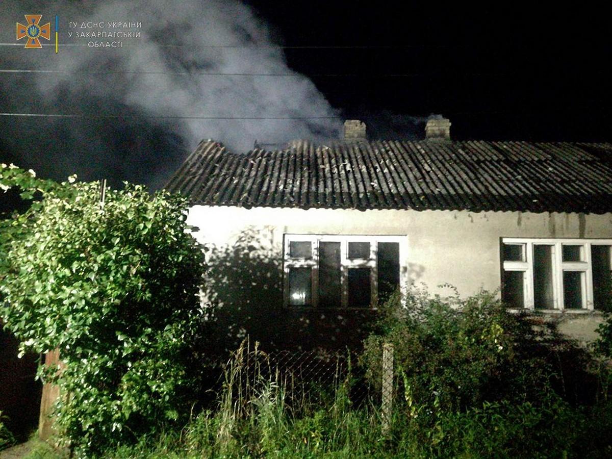 Власник у цей момент спав: вночі у селі загорівся будинок