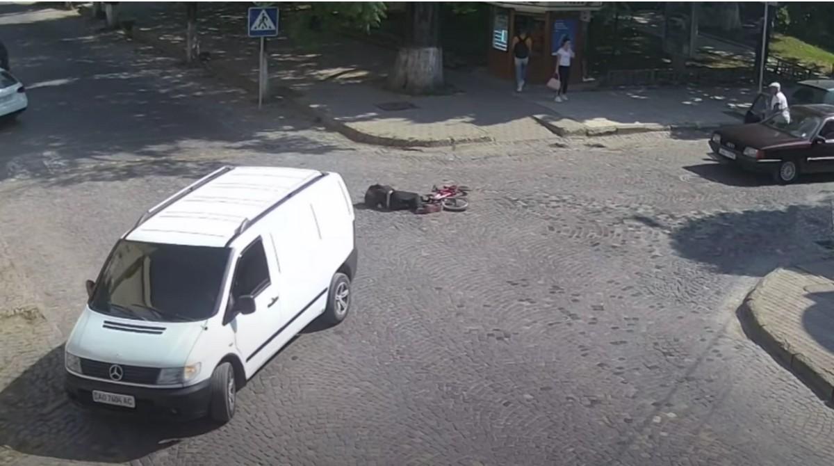 Збив дитину у Виноградові: відеокамери зафіксували момент ДТП