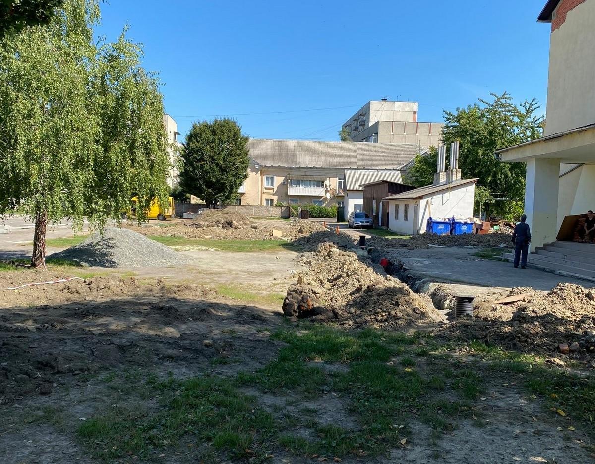 На території однієї зі шкіл Мукачева проводять ремонт