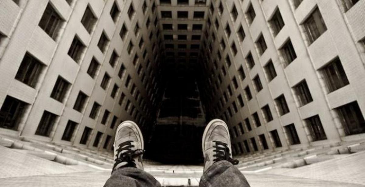 На Закарпатті чоловік намагався стрибнути з даху багатоповерхівки