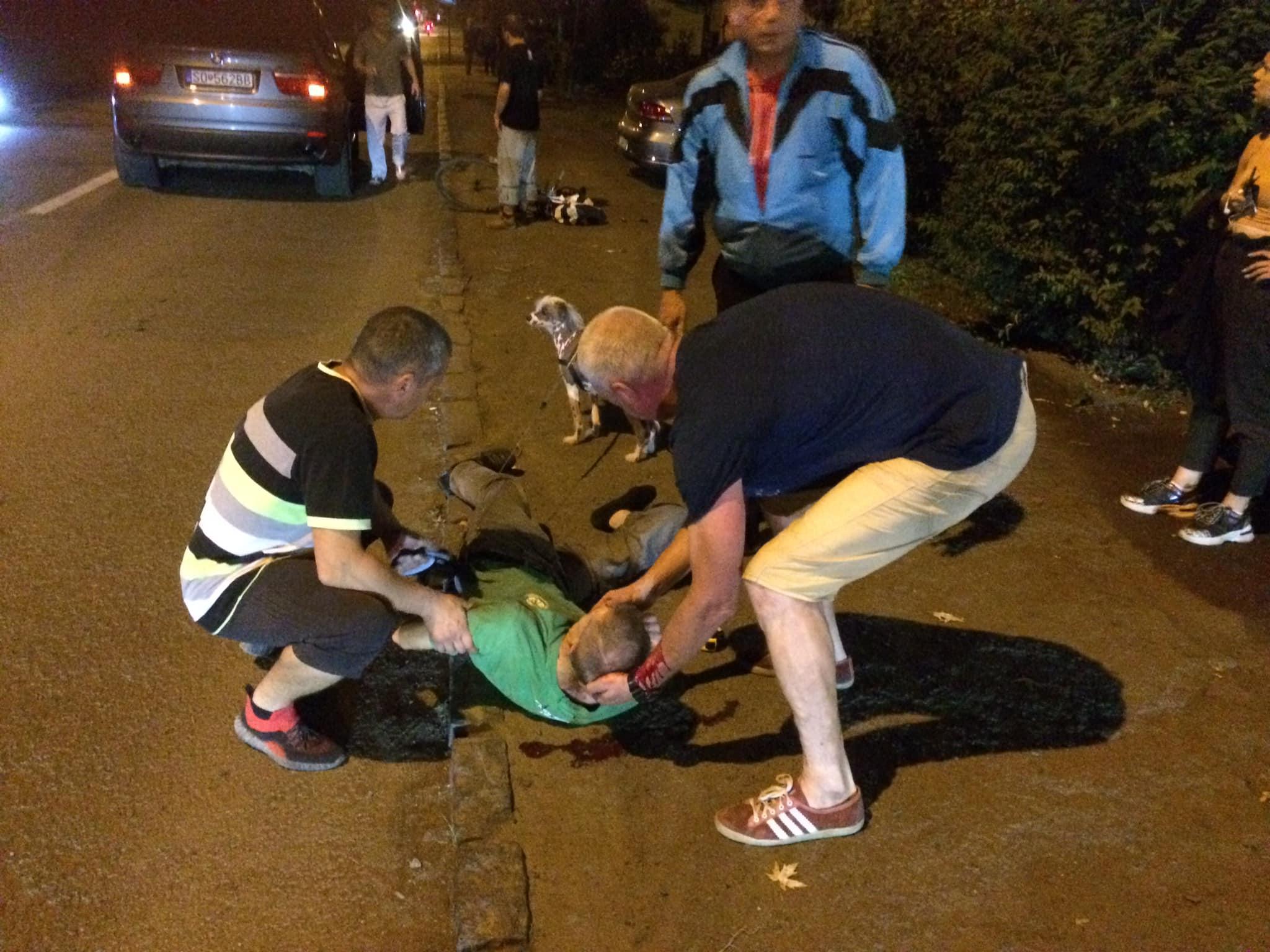 Кров, чоловік лежить на землі, біля нього зібрались люди: що вночі трапилось в Ужгороді