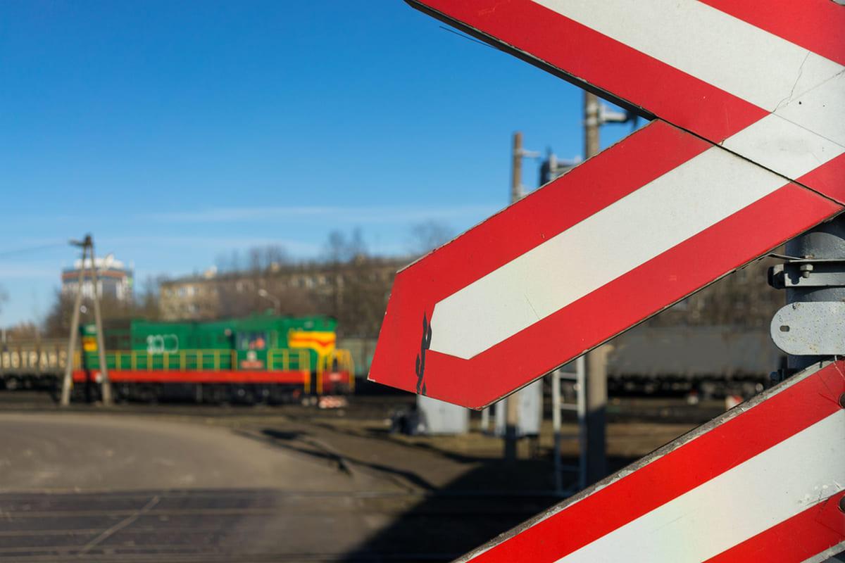 ДТП на залізничному переїзді: автомобіль застряг на колії та заблокував рух