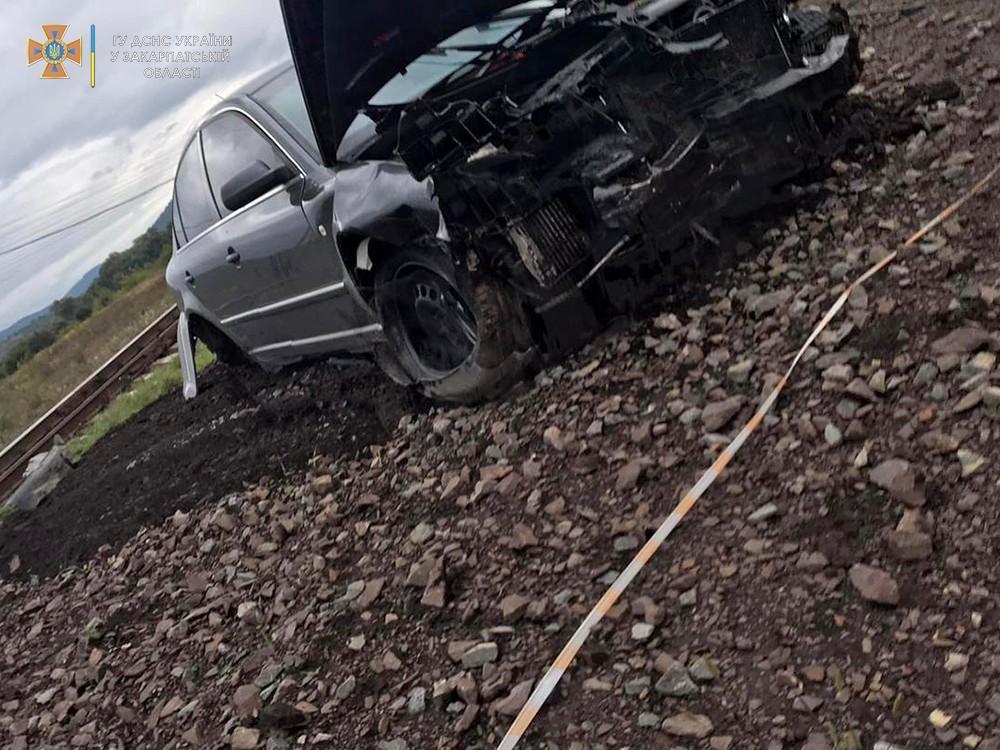 Відірвані колеса, потрощене авто: у мережі показали фото страшної ДТП на переїзді