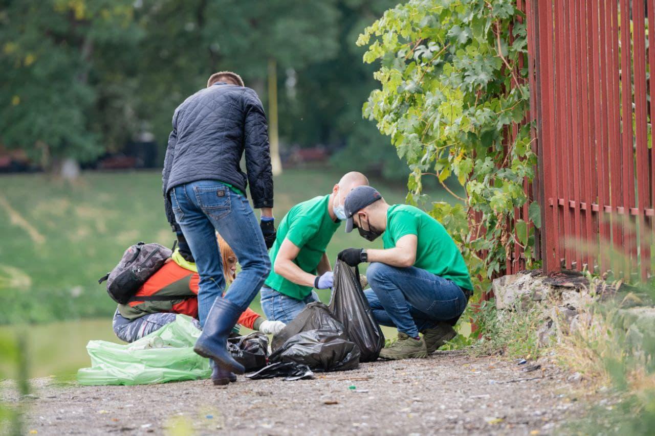 """Пів тонни сміття зібрали волонтери """"Джейбіла"""" у центрі Ужгорода"""