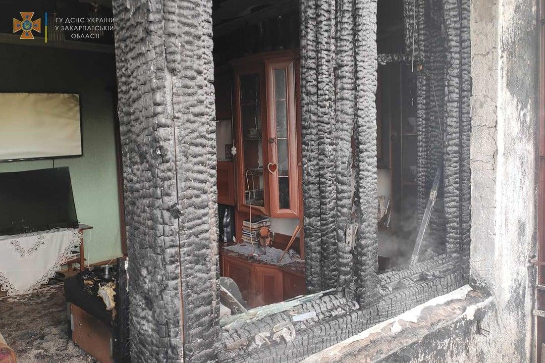 Рятувальники показали фото обгорілої кімнати після вчорашньої пожежі в Ужгороді