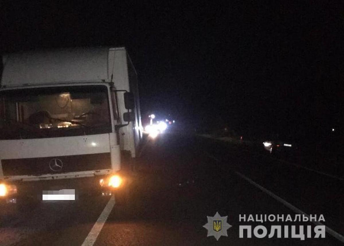 Вантажівка наїхала на двох пішоходів: ввечері сталась смертельна ДТП