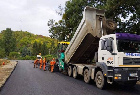 На Берегівщині ремонтують дорогу між двома селами