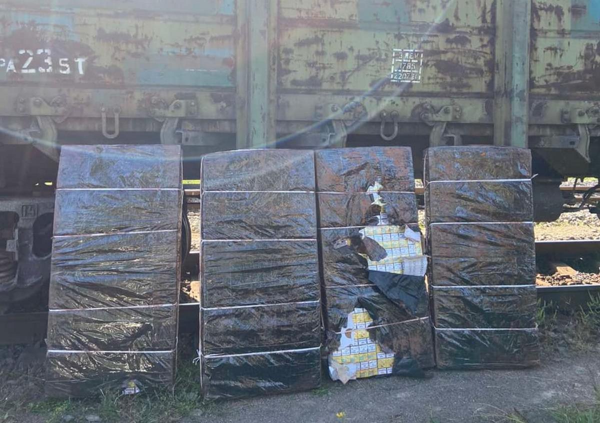 У потязі знайшли схованими кілька тисяч пачок сигарет