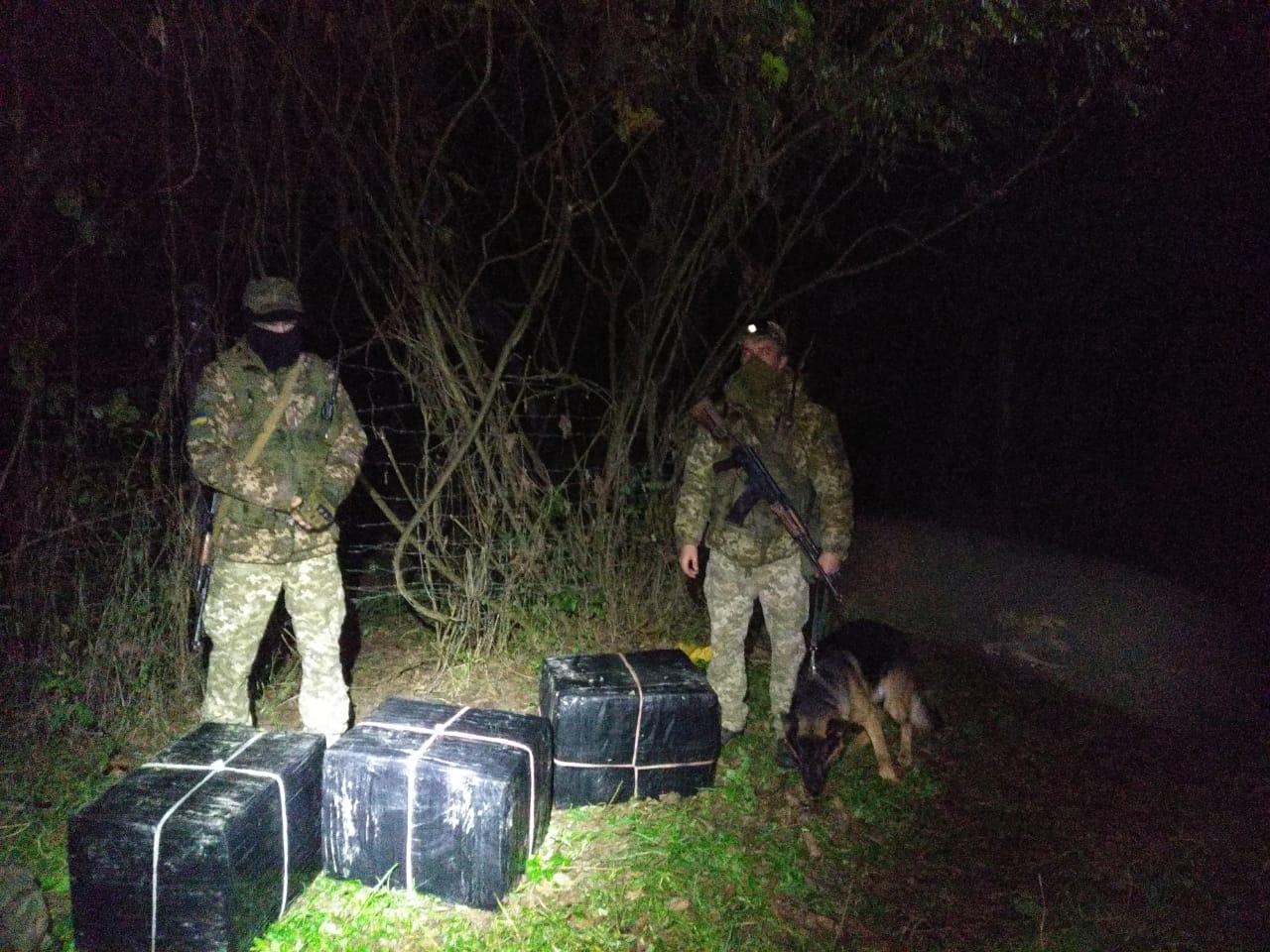Поблизу кордону з Угорщиною виявили залишені контрабандистами сигарети