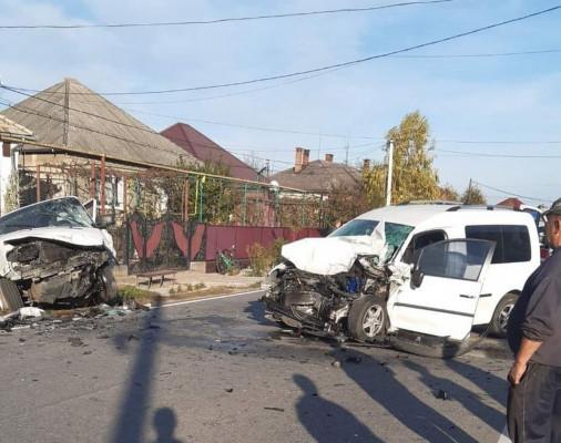 У селі Страбичово лоб у лоб зіткнулись 2 авто. Опубліковано відео