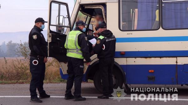 На Закарпатті поліція перевіряє наявність COVID-сертифікатів у пасажирів автобусів