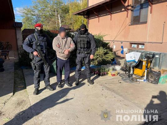 Обшук у закарпатському селі: поліцейські показали відео