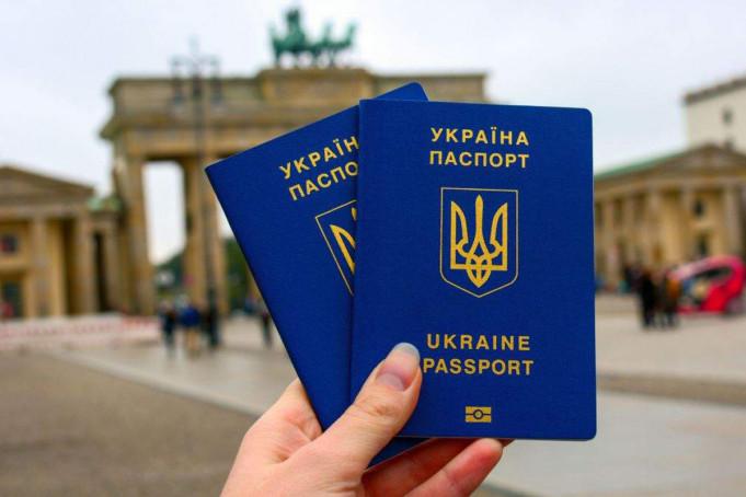 """Відомо, чи залишається Україна у """"зеленому"""" списку ЄС для подорожей"""