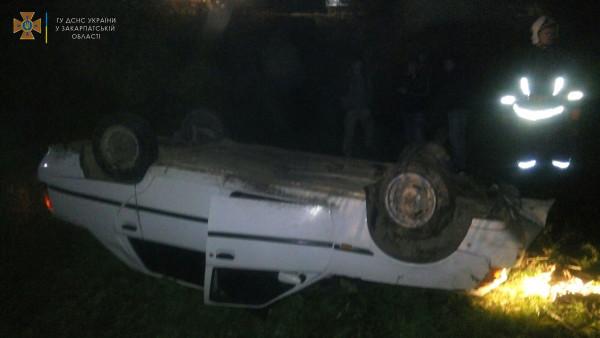 На Закарпатті сталась ДТП: рятувальники витягали водія з понівеченого автомобіля