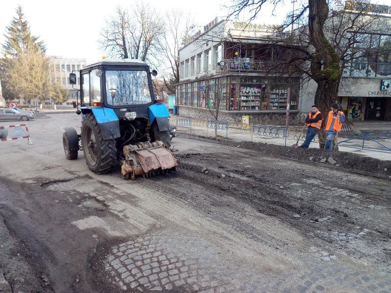 В Іршаві розпочали латати дороги, але зіткнулись із проблемою, яку не можуть вирішити